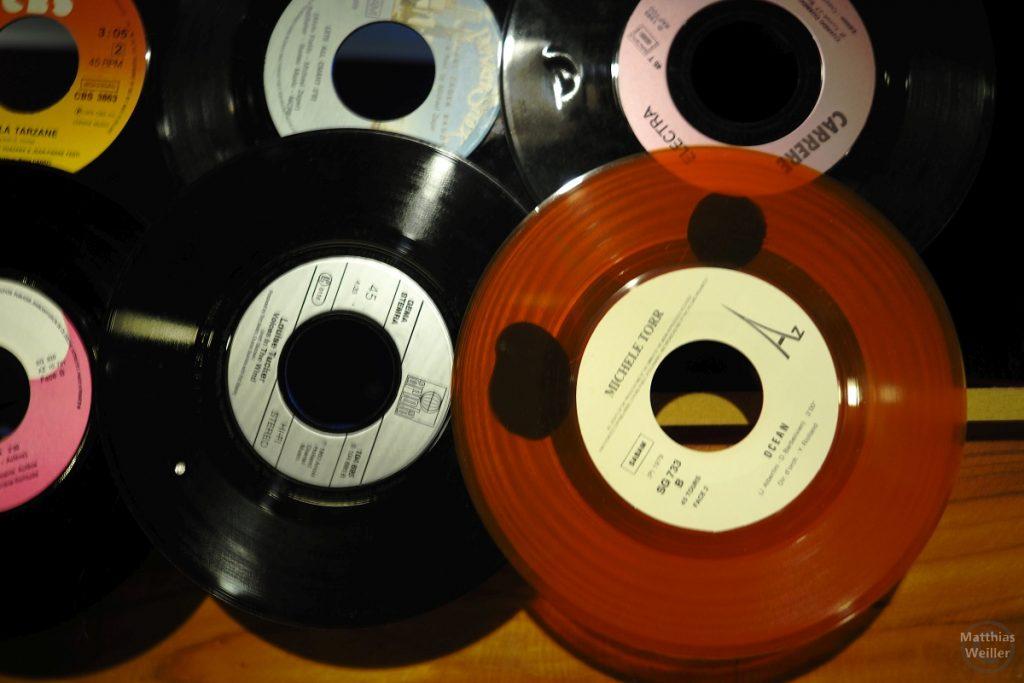 rotes und schwarzes Vinyl von Wanddeko in Restaurant Kaul in Wiltz