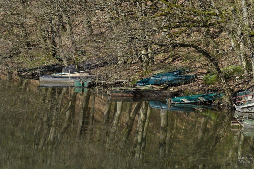 alte alte Bootskähne an noch entlaubten Ufer, Wasserspiegel