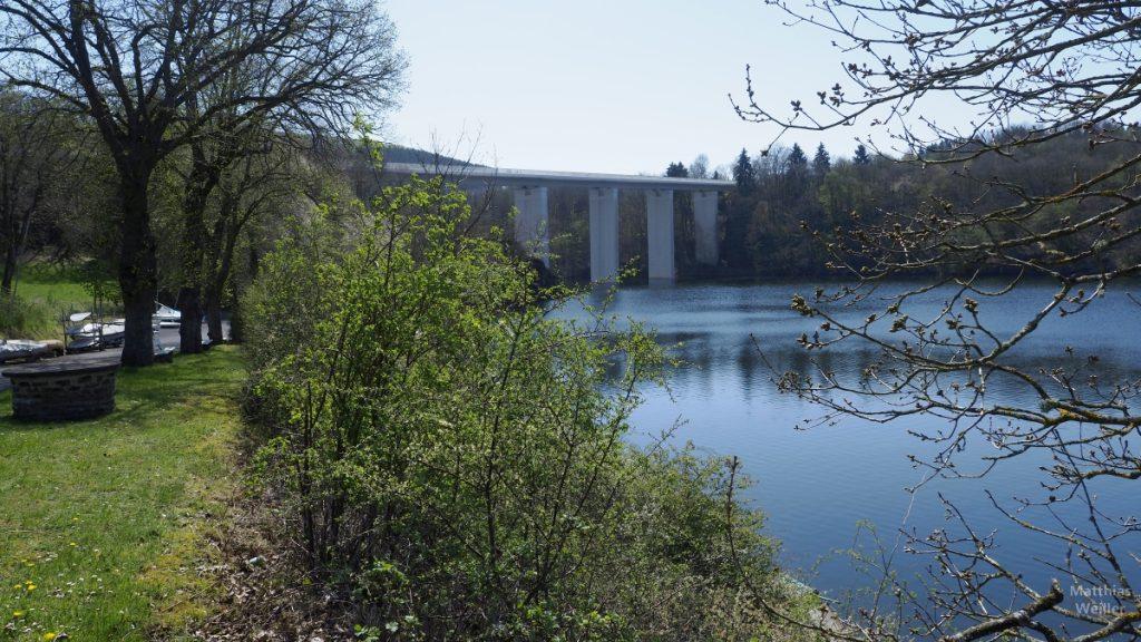 Brücke mit breiten Pfilern am Stausee Obersauer, Lultzhausen