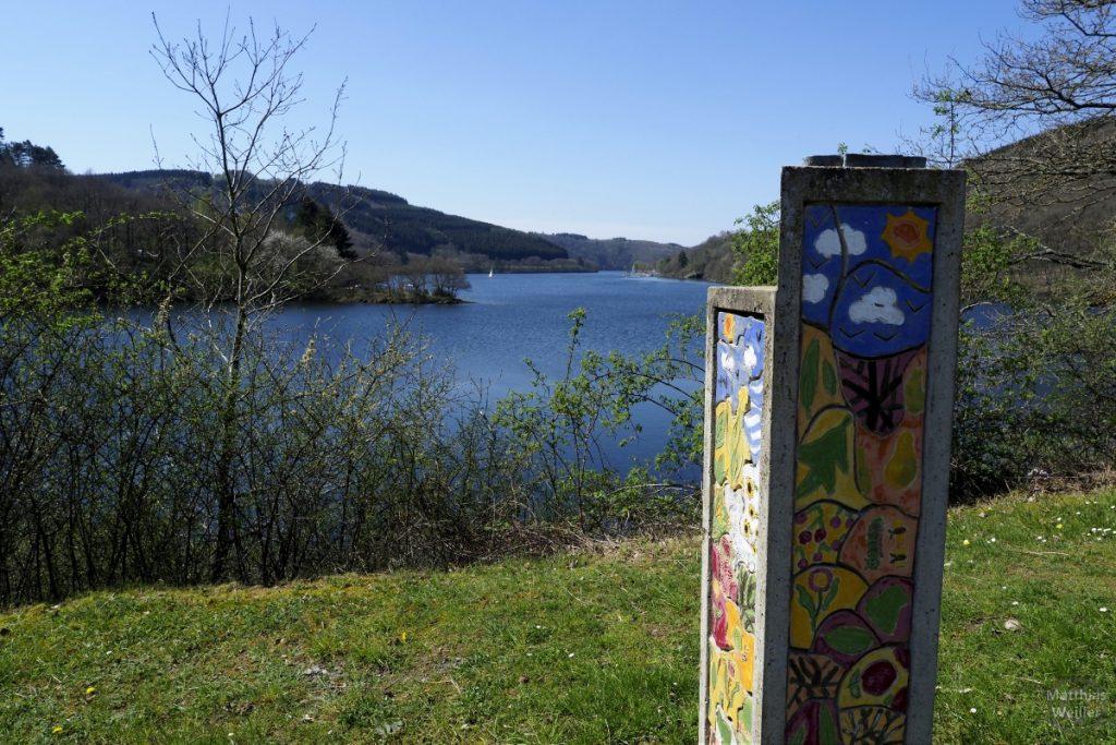 Lac de la Haut-Sûre (Obersauer) mit bunter Stele, Lultzhausen