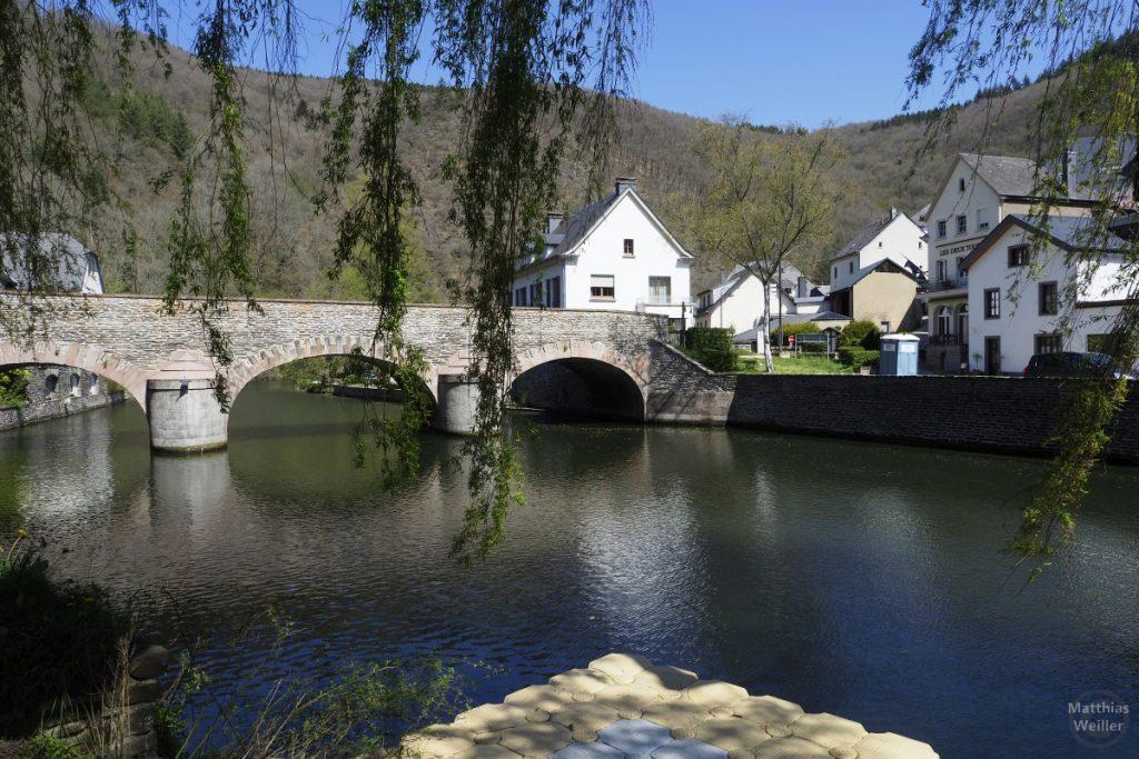 Brücke über Sauer in Esch, unter Weise betrachtet