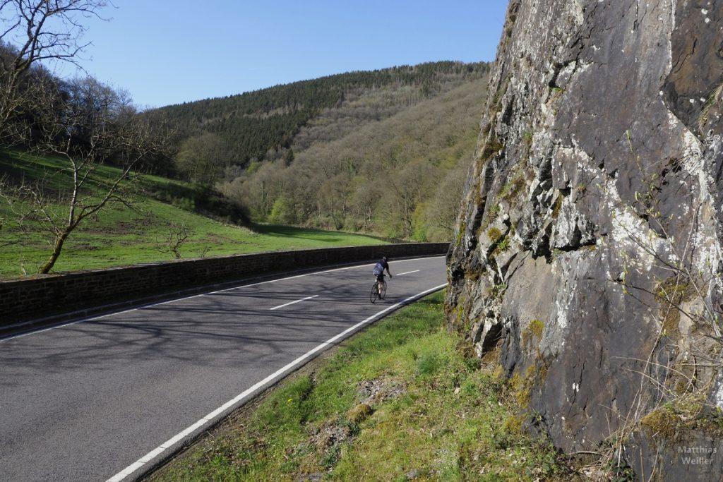 Straße mit Fels und Rennradfahrer