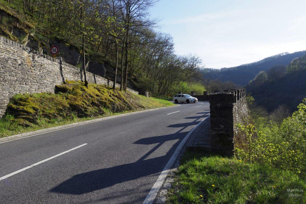 Serpentine mit Zackenmauer und Auto, Auffahrt Bourscheid von Osten