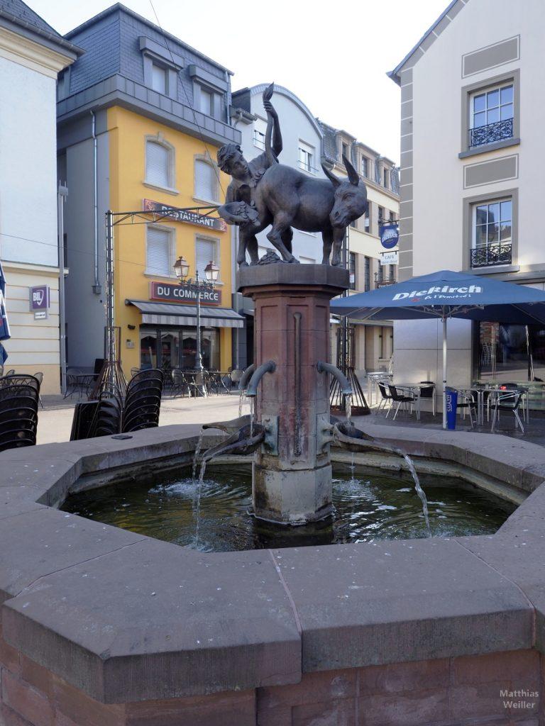 """Brunnen mit Skulptur """"Scheißender Goldesel"""", Fußgängerzone Diekirch"""