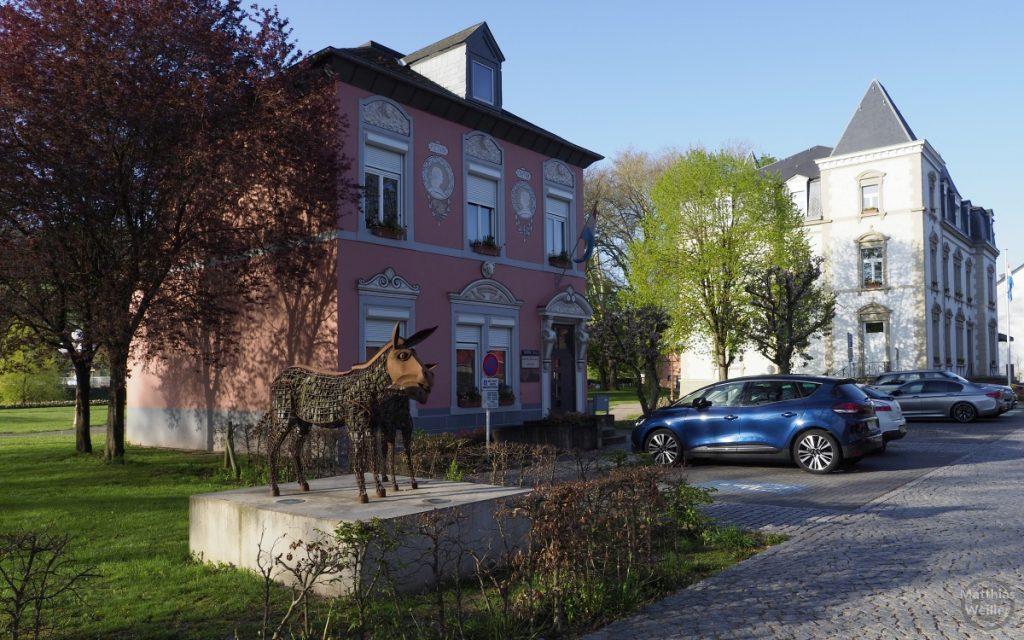 Eselskulptur mit Bürgerhäusern in Diekirch