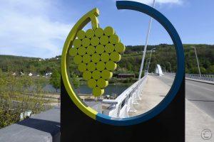 Brücke mit Weintraubenskulptur im Kreis, Grevenmacher