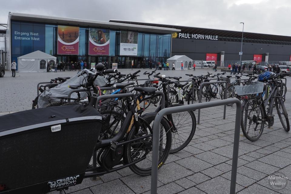 LE-Messe, Eingang West mit Radabstellbügeln und Rädern