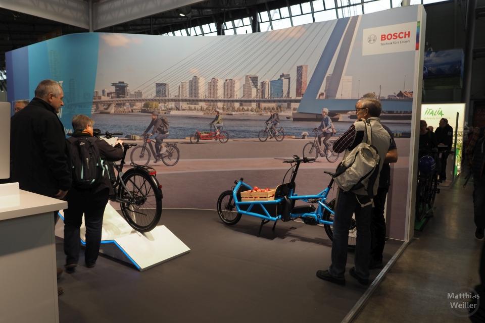 FAhrradszene vor Skyline auf Messeplakat von Bosch