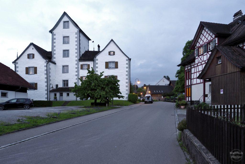 Roggwil mit Schloss und Fachwerkhaus bei Dämmerung