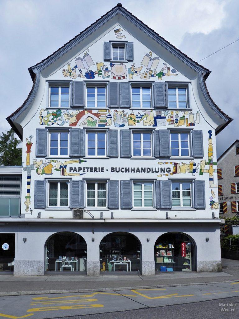 Giebelhaus Papeterie/Buchhandlung mit farbigen Motiven auf blauem Grund, Altstätten
