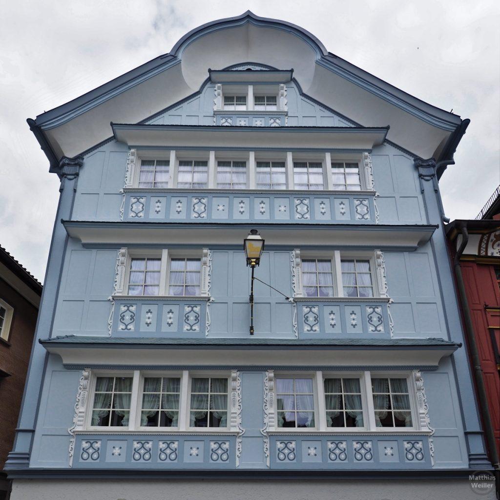 Verziert bemalte Fassade in Blau, Haus in Appenzell