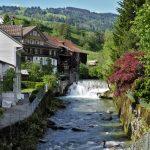 Thur mit Wasserfall, Hauskulisse vor Berghang in Neu-Sankt Johann, Nesslau-Krummenau