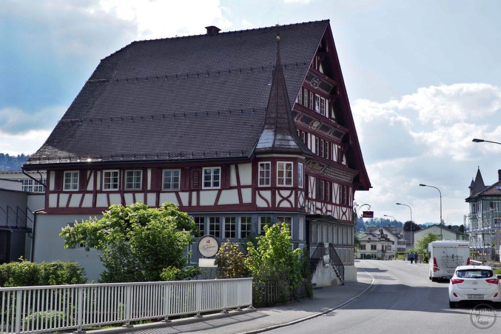 Giebelhaus mit Türmchen und Fachwerk in Neu-Sankt Johann, Nesslau-Krummenau