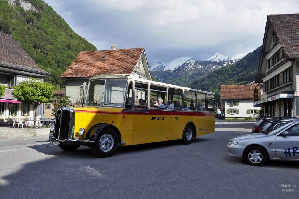 Historischer Postbus vor Churfirsten-Gipfelkette in Stein, oberes Thur-Tal