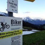 """Passschild """"Vorder Höhie 1536 m"""" und """"Biker sind auch Naturfreunde"""", Bergkette Glarner Alpen im Hintergrund"""