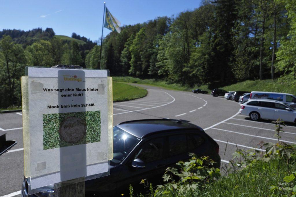 Witzstation am Parkplatz: Was sagt eine Maus hinter einer Kuh? - Mach bloß kein Scheiß.