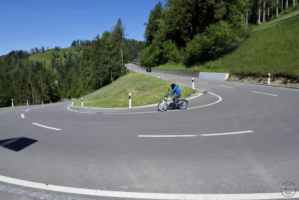 Spitzkehre Hulfteggstraße, Westseite mit Mopedfahrer