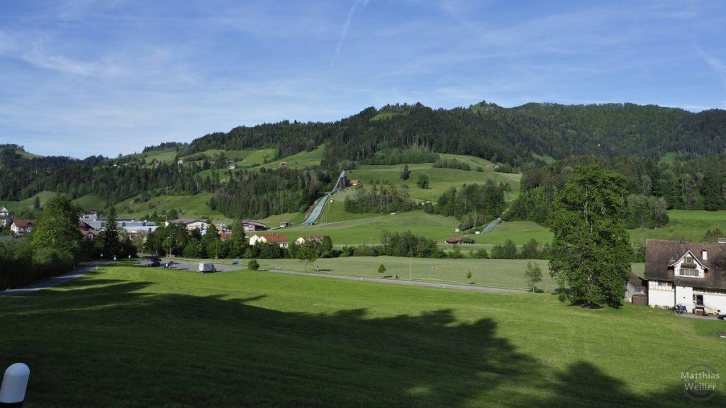 Skissprungschanze von Gibswil im weiten Hügelpanaroma