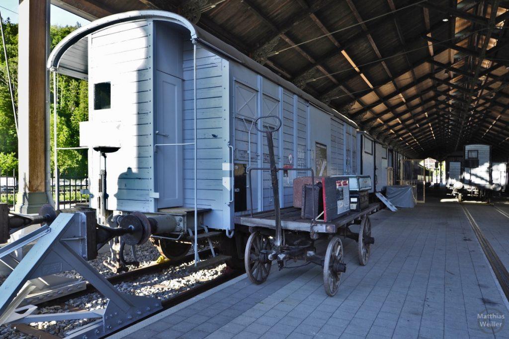 Historischer Eisenbahnwaggon mit historischem Gepäckagen in Bauma