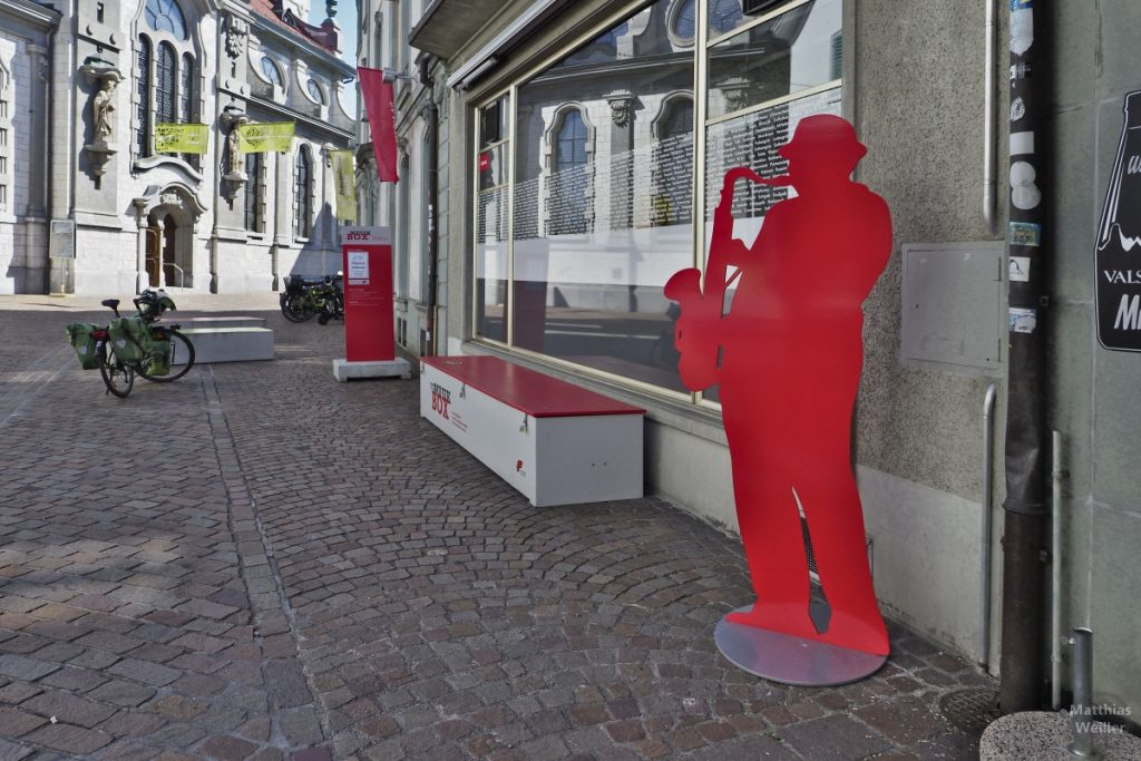 Msuikbox Frauenfeld für Straßenmusikanten mit Saxspieler-Figur (rot)