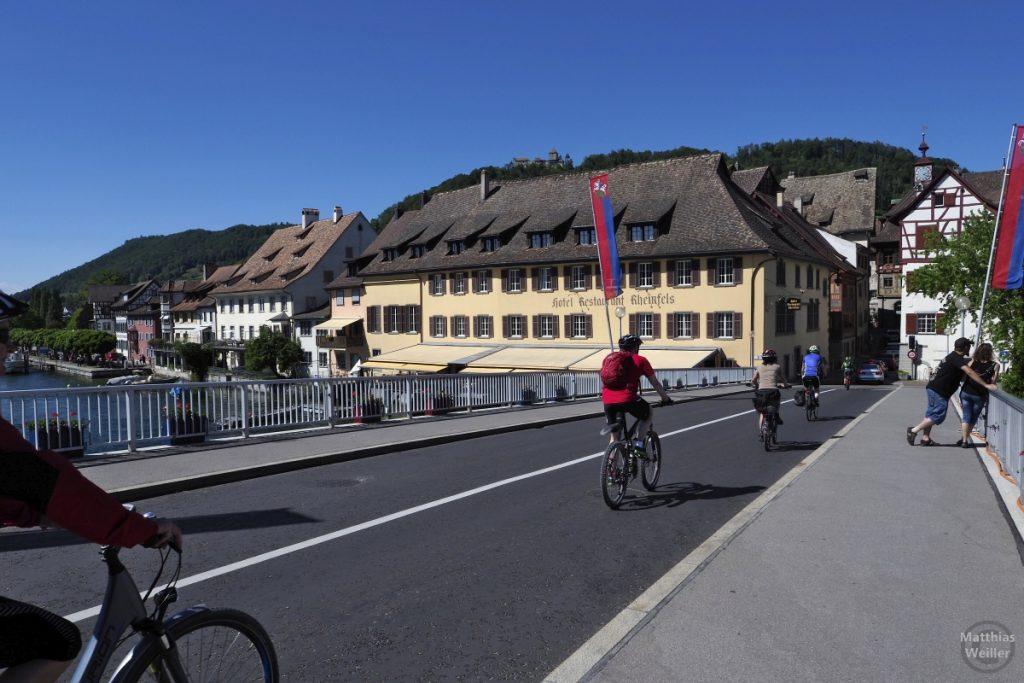 Brücke nach Stein am Rhein mit Radlern