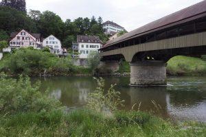 Flussansicht mit historischer Holzbrücke auf Andelfingen