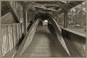stark nachgeschärftes Monochrombild der Innenansicht der historischen Holzbrücke Andelfingen
