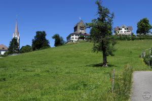 Schloss Uster über Weideberg mit Gasthaus (r.) und Kirchturm (l.)
