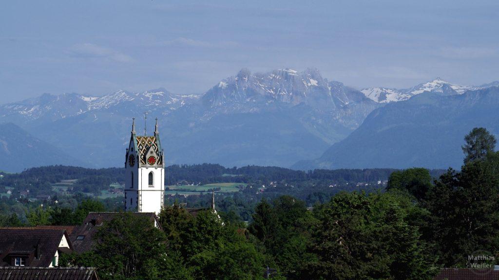 Blick über bunte Kirchturmkuppel von Maur auf Alpenkette