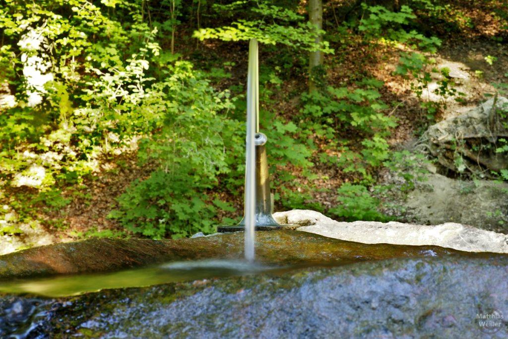 Trinkebrunne mit Wasserstrahlbogen am Tobelweg Küsnacht