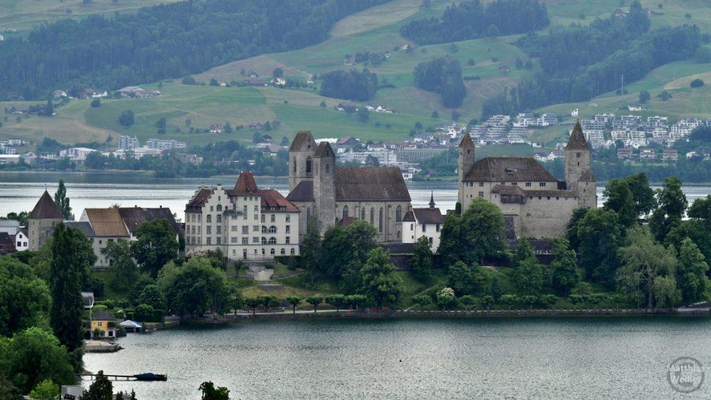 Blick auf Rapperswil mit Schloss und Kathedrale mit Halbinsellage im See