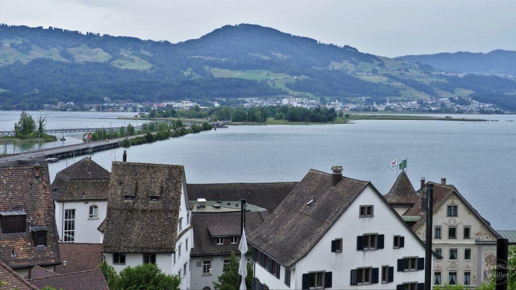 Blick vom Schlossgarten auf Seedamm und unten Uferhäuser Raperswil