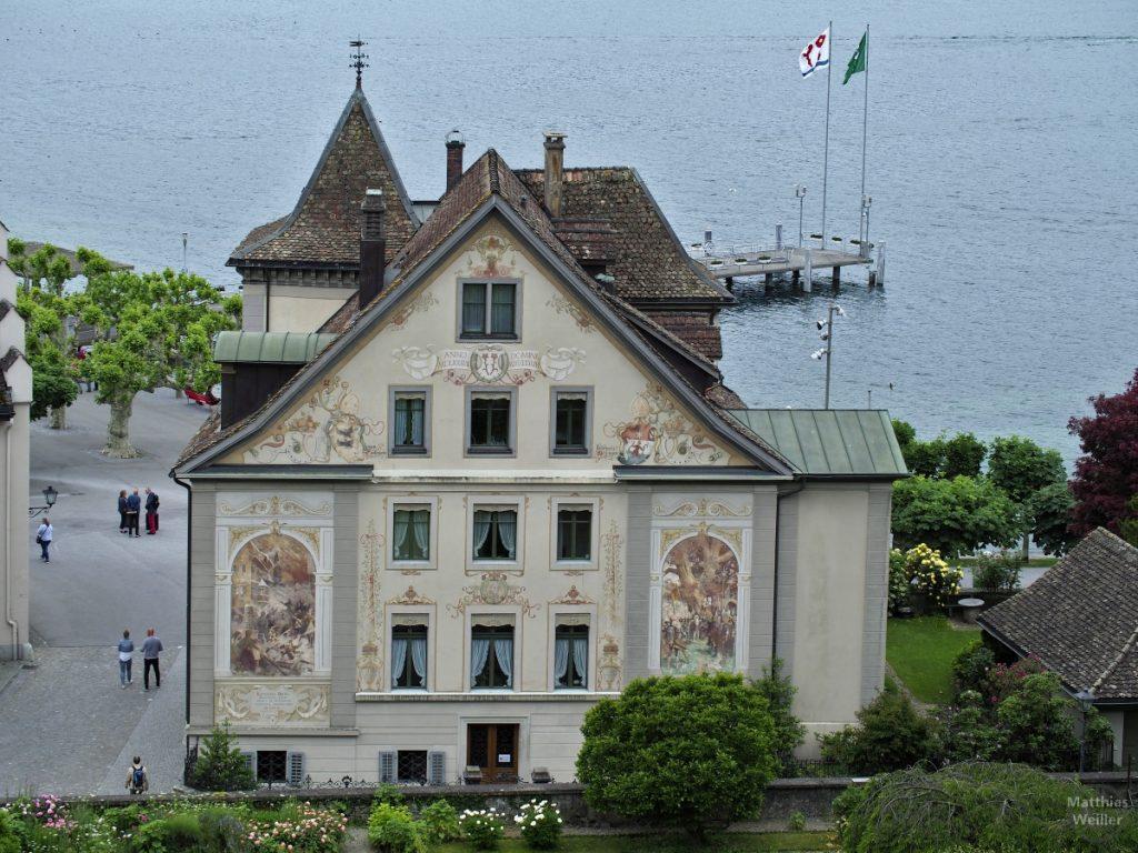 Lindenhof mit Fassadenmalerei vor Seeufer