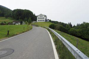 Auffahrt Etzelpass unten, Haus über Straßenkurve