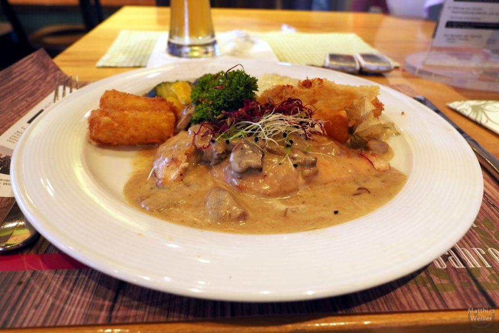 Pouletschitzel in Rahmsauce mit Röstikroketten im Gasthof Raten