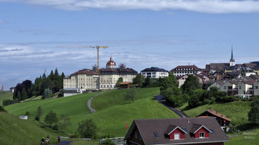 Menzingen mit neu renovierter Kupferkuppel der Klosterkirche und Baukran