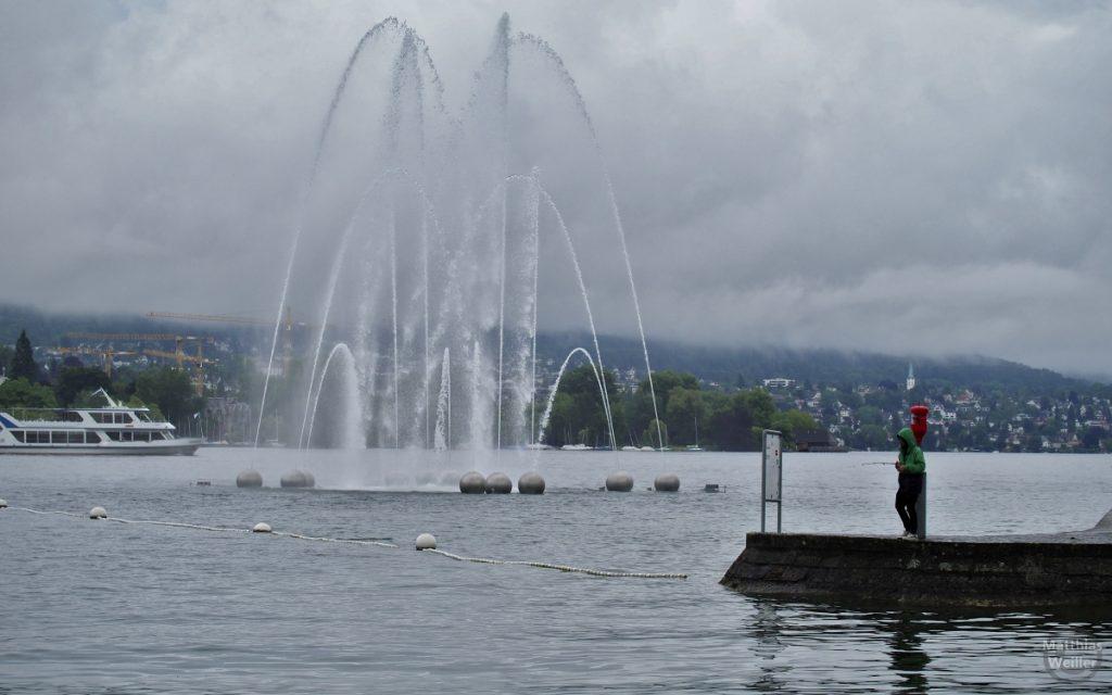 Wasserfontäne Zürich mit Angler und Schiff