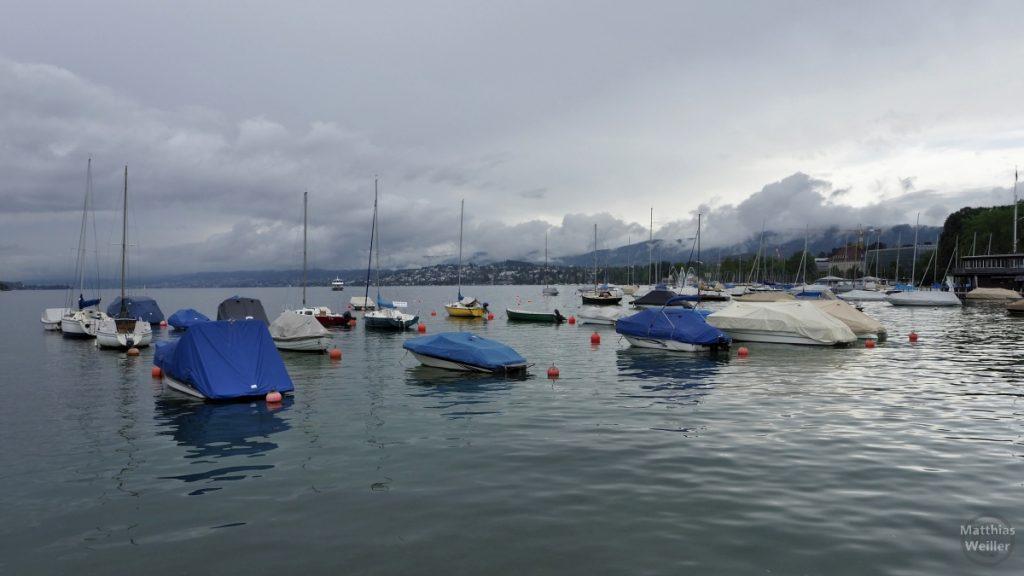 Blick von Quaibrücke auf Zürichsee mit Booten an Bojen, Wolkenhimmel