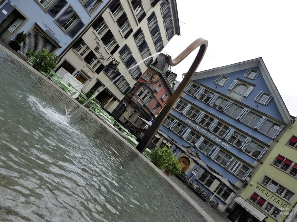 Bogenbrunnen in Zürich mit Fassadenkulisse in Schrägoptik