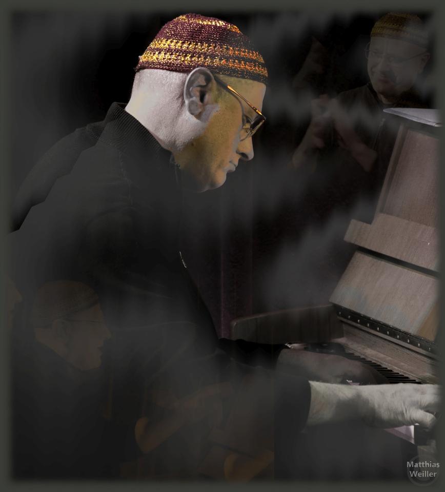 Roberto Magris am Klavier, dunkel, leich vernebelt mit Collage