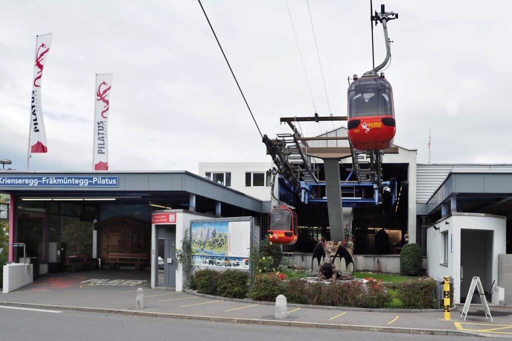 Station Kabinenbahn Pilatus in Krienseregg mit zwei Kabine, Drachensymbolskulptur