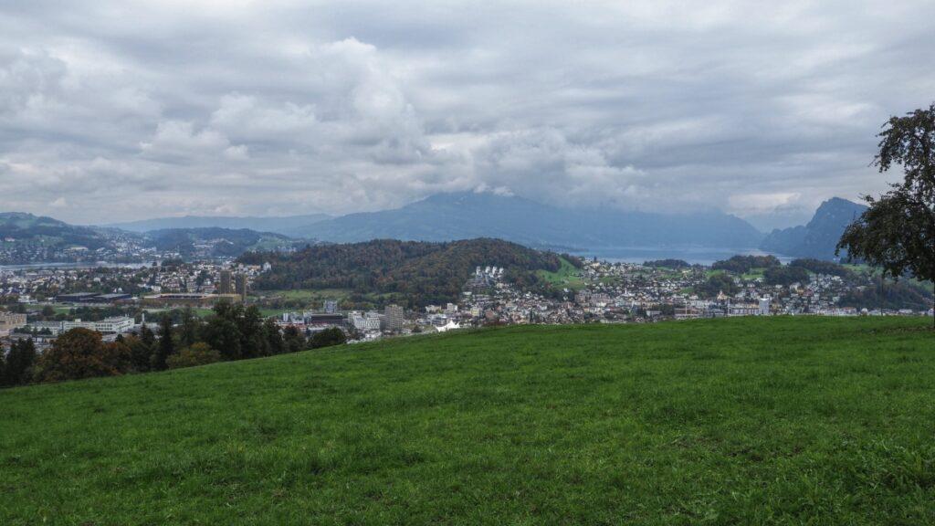 Blick auf Luzern-Vorstadt mit Seeteilen und Bergne im Hintergrund von Burh Schauensee