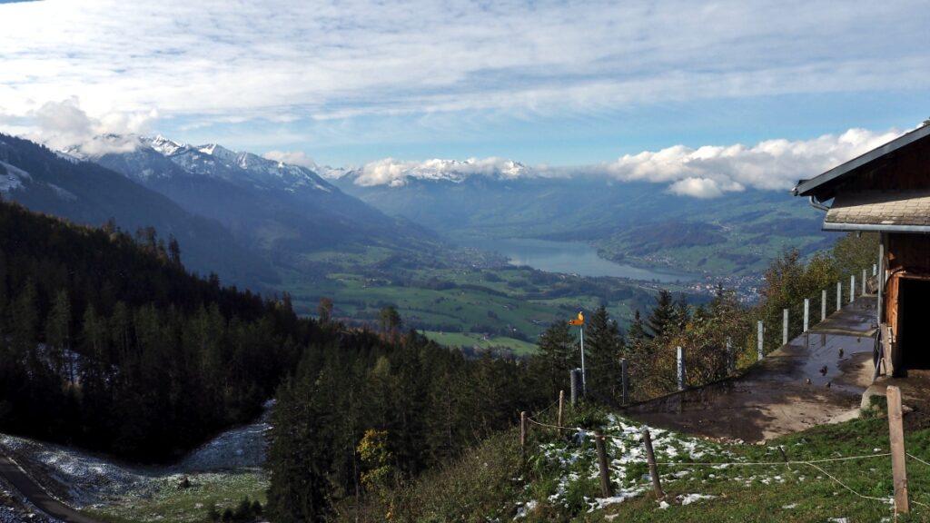 Blick auf Sarner See mit Bergektte, weit entfernt