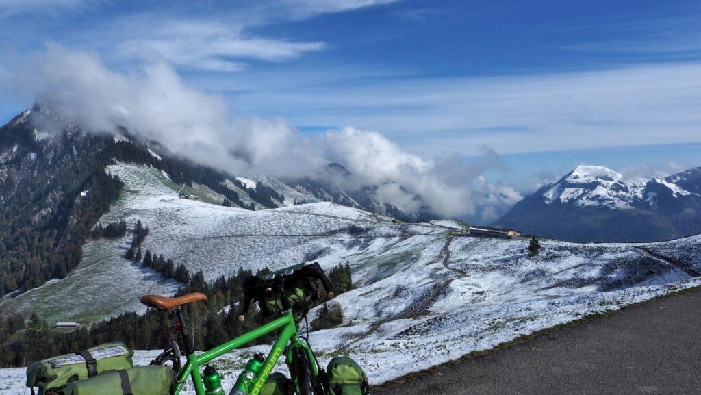 Schneegepuderte Sattelhöhe vom Ächerli, Reisevelo halb im Vordergrund