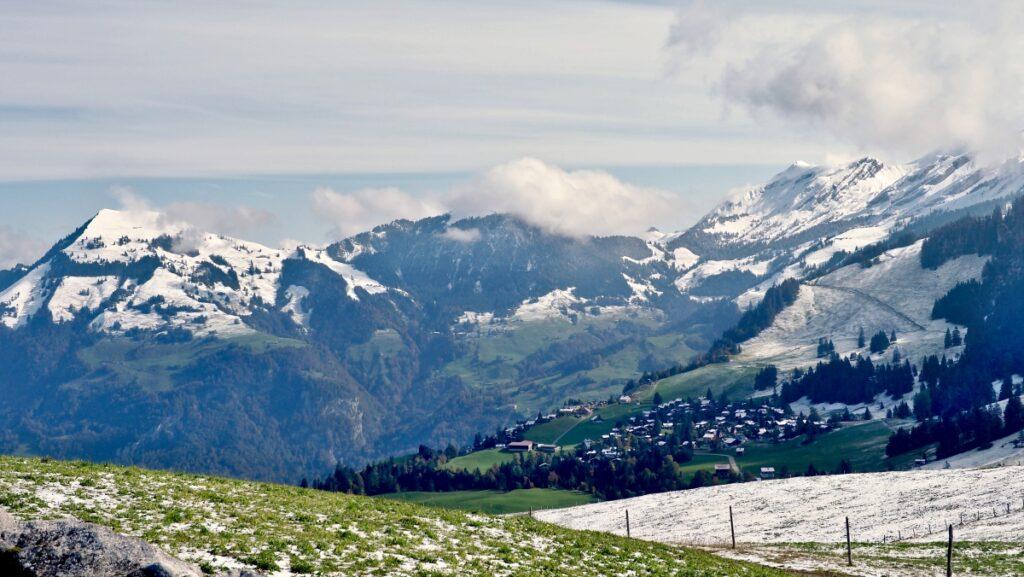 Bergort nach oben umgebn von Scheewiesen, Gipfel im Hintergrund