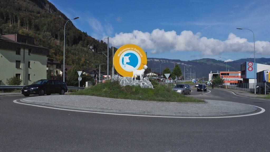 """Kreisel """"Willkommen in Dallenwil"""" mit Bergziegenskulptur"""