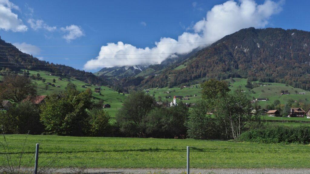 Dallenwil mit Kirche und grünen Bergwiesen, weites Panorama