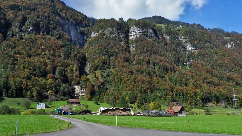 Wasserfall mit offen Felsetürme und Herbstwald