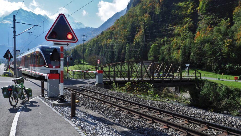 Engelberg-Luzern-Express an Bahnübergang mit Lichtsignal, Reisevelo