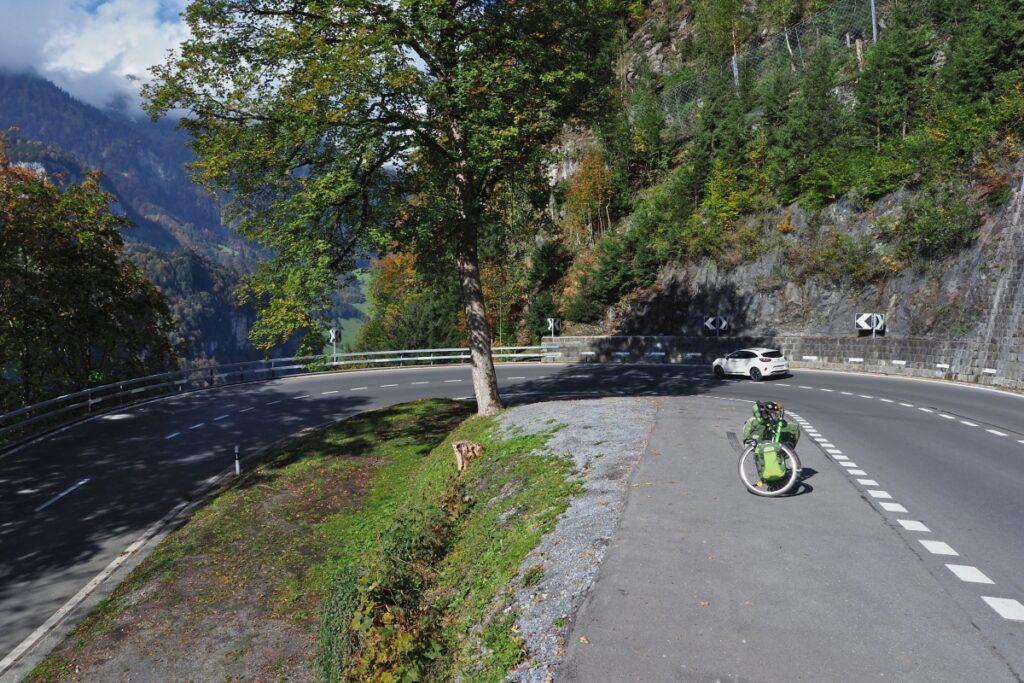 Breite Spitzkehre mit Resievelo und Auto bei Engelbergauffahrt